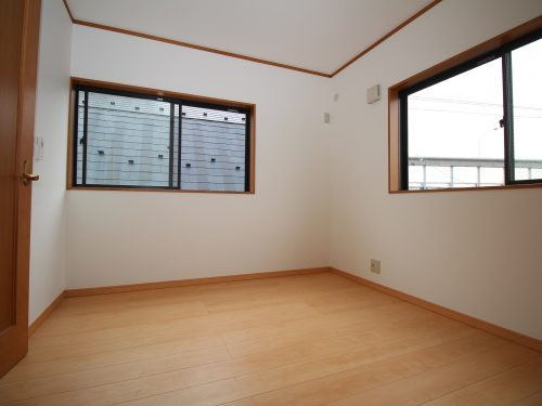 窓の多さが特徴の一戸建て各居室とも2面採光(寝室)
