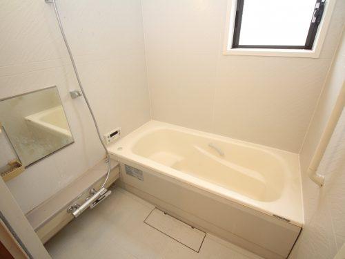 窓も付いてゆったりとした広さのお風呂場(風呂)