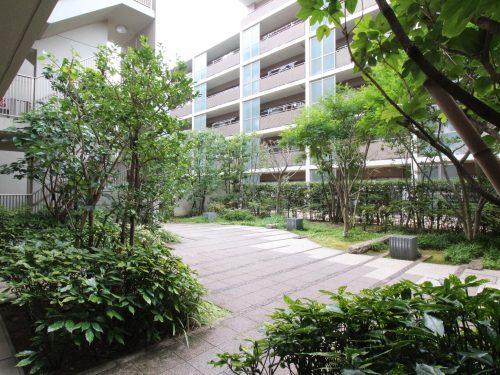広い中庭が印象的な平成20年築の築浅のマンション!(外観)