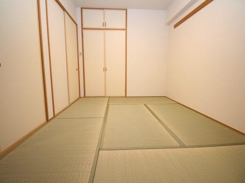 柔らかい畳の敷かれた和室は、ゆっくりくつろげるお昼寝スペースにも・・・♪(居間)