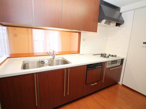 対面キッチンで 設備も充実!ディスポーザー・食器洗浄乾燥機・浄水器を設置!(キッチン)