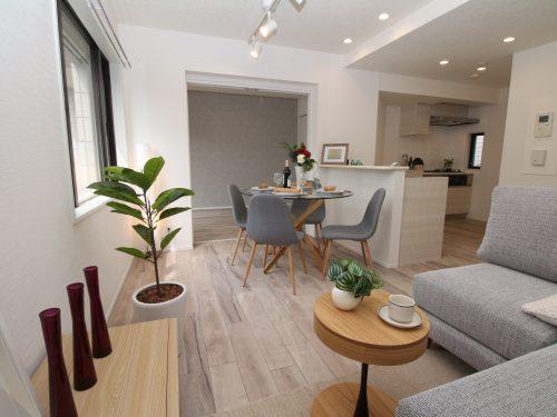 LDK+隣接洋室、間仕切りを開放すれば約17.1畳のおもてなしスペースに♪(居間)