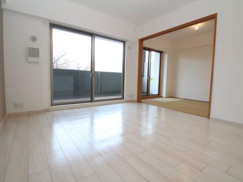 LDK+隣接和室、間仕切りを開放すれば約18.5畳のおもてなしスペースに♪(居間)