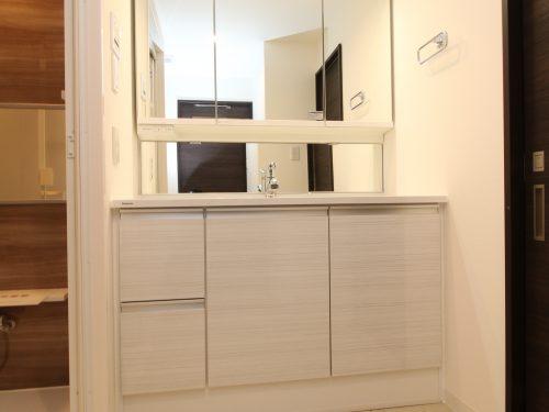 洗面台には三面鏡を採用!鏡の後ろに収納スペースを設ける事により、散らかりやすい洗面スペースをすっきり片付きます♪