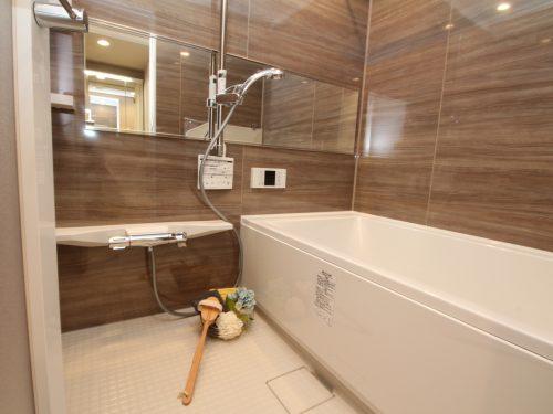 一日の疲れを癒すための心地よいバスタイムを演出する浴室はゆとりある1317サイズを採用!(風呂)