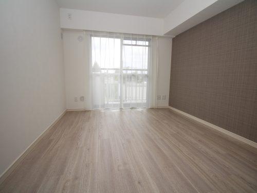 主寝室は約7帖で余裕のある広さ!2面バルコニーで窓も多く通風・採光も良好!(寝室)