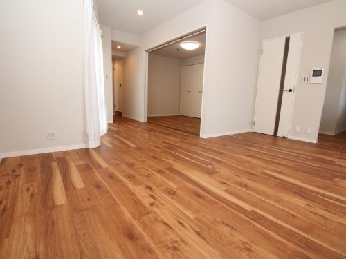 LDK+隣接洋室、間仕切りを開放すれば約23.5畳のおもてなしスペースに♪(居間)