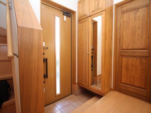 玄関も広々としたスペース!収納もたっぷり有り家族皆様の靴も充分に収納できます! 小上がりに姿見が付いているのも便利です♪(玄関)