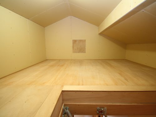 趣味の道具などを収納できる屋根裏収納付き!