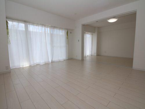 LDK+隣接洋室、間仕切りを開放すれば約22.2畳のおもてなしスペースに♪(居間)
