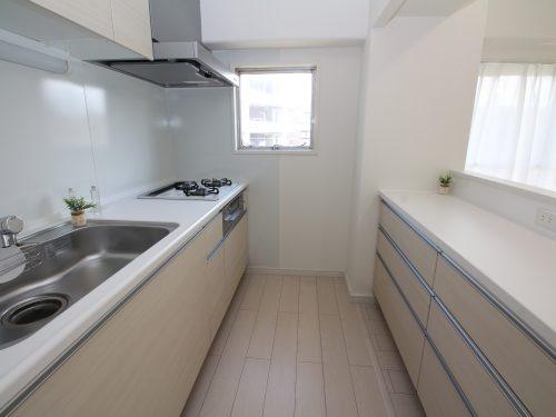 キッチンは新規交換済み!バックカウンター設置で料理をしながら家族と会話が楽しめます!(キッチン)