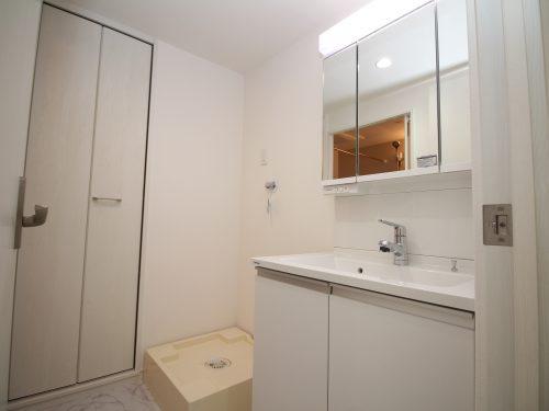 広々洗面室!洗面化粧台の横に収納スペースがあるのも便利です♪