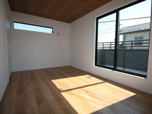南向きの明るい寝室!各居室2面採光の明るいプラン!(寝室)