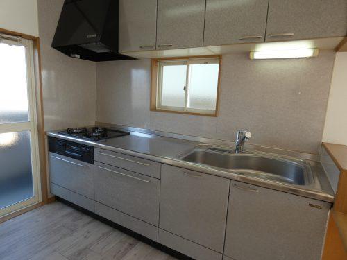 システムキッチンのコンロと水栓は交換済み!キッチンの横にバルコニーがあるのも便利です♪(キッチン)