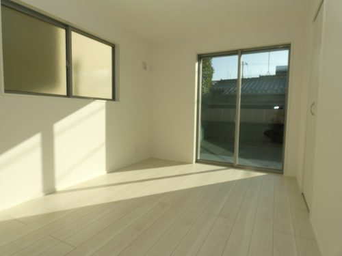 2号棟の寝室!南向き2面採光で明るくこれでお目覚めもスッキリ!(寝室)