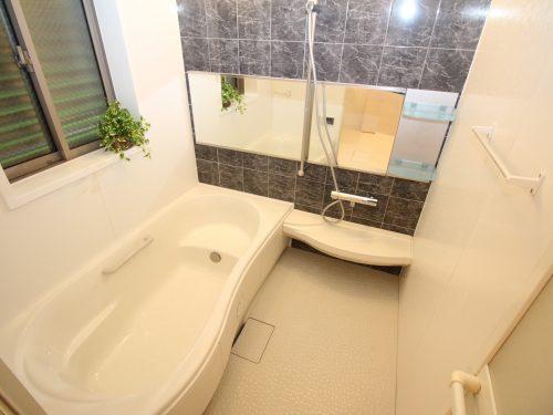 お子様と一緒に浸かれる広いバスタブ、浴室乾燥機付き!(風呂)
